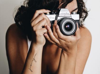 Tatuaże w formie napisów mogą być bardzo kobiecą ozdobą na ciele. Zobacz inspiracje z Instagrama!