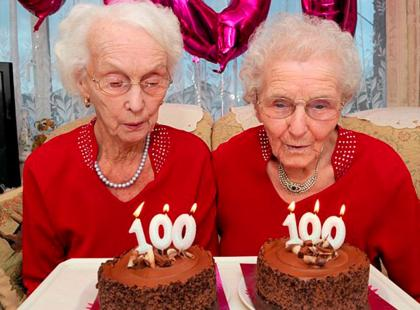 Te 100-letnie bliźniaczki pokazują, czym jest radośćżycia! I zdradzają swój przepis na długowieczność