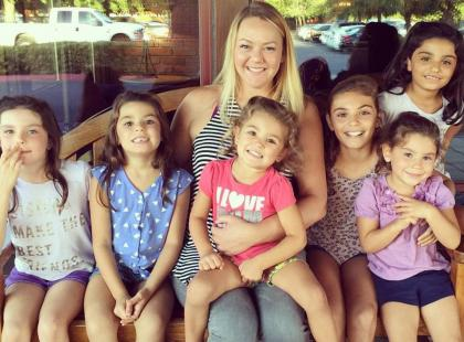 Tę kobietę naprawdę podziwiamy! Młoda samotna mama adoptowała 6 sióstr, aby nie zostały rozdzielone