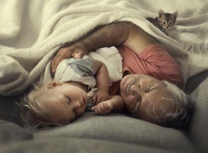 Te zdjęcia są piękne! Mama uchwyciła wyjątkowe chwile swoich dzieci z dziadkami, których widują raz w roku