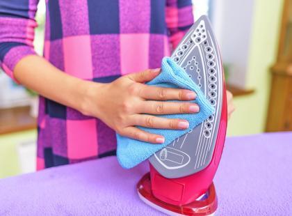 Teflonowa stopa żelazka, tak jak teflonowa patelnia, mniej się brudzi, ale czasem wymaga czyszczenia. Zobacz, jak to zrobić!
