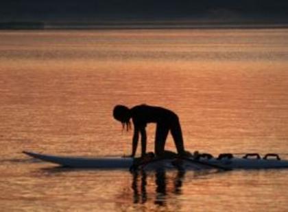 Ten pierwszy raz na wodzie: jak złapać równowagę i stabilność na desce?