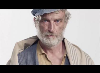 To nie kolejny filmik modowy – ten spot pokazuje, jak w ostatnich 100 latach zmieniało się oblicze biedy i bezdomności
