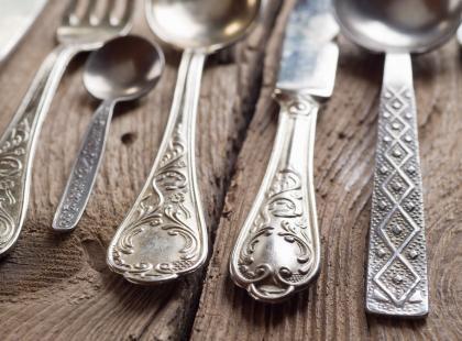 To srebrne sztućce czy tylko posrebrzane lub do złudzenia podobne? Wiemy jak je odróżnić