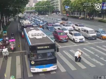 To wideo skradło serca internautów! Policjant pomaga staruszkowi przejść przez ruchliwą jezdnię, niosąc go na plecach