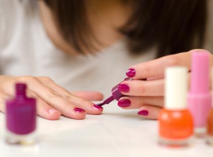 Toksyny w buteleczce. Czym grozi malowanie paznokci?