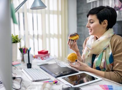 Torebkę kładziesz na ziemi, a w pracy jesz przy biurku? Oto 6 pozornie niegroźnych nawyków, które zwiększają ryzyko zachorowania na grypę