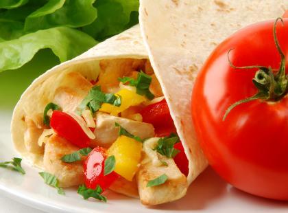 Tortilla z sałatką nicejską - meksykańsko-francuski mix smaków