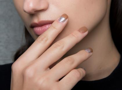 Trend w manicure, na który czekałyśmy: terakotowe paznokcie