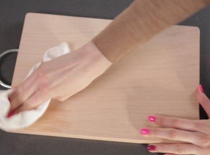 Triki Weroniki: Jak zdezynfekować drewnianądeskę do krojenia?