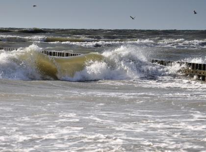 Trójka młodych nocą kąpała się w morzu w Łebie. 18-latka nie żyje, 21-latek zaginął