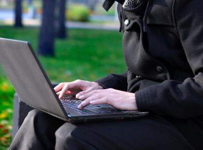 Trzymasz laptopa na kolanach? Możesz mieć problemy z płodnością!