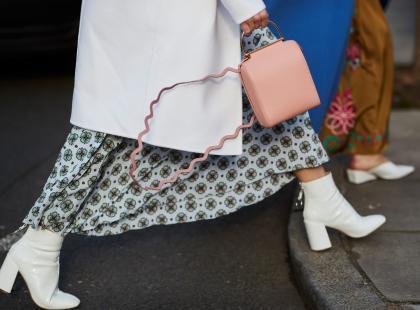 Tych butów nie znajdziesz w najnowszych trendach, ale noszą je wszyscy. O jaki model chodzi?