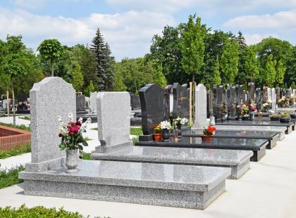 Ubezpieczenie nagrobka - co warto wiedzieć o polisach i odszkodowaniach za straty wyrządzone na cmentarzu?