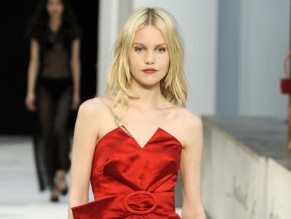 Ubrania w odcieniu mocnej czerwieni
