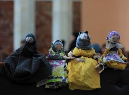 Uchodźcy robią laleczki, które pomagają im przetrwać. Tak, w Polsce!