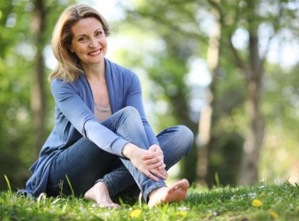 Uderzenia gorąca, zmiany nastroju i...? To może być menopauza. Zobacz, jak naturalnie złagodzić objawy klimakterium!