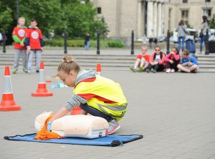 Udzielenie pierwszej pomocy bywa ważniejsze niż najdroższy sprzęt... WOŚP uczy dzieci, jak ratować. I dzieci ratują życie! Oto dowody.