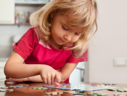 Układanie puzzli z maluchem