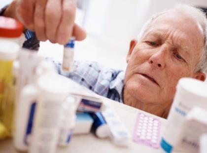 Umrzeć na lekarstwo – seniorzy przyjmują za dużo leków, które wchodzą w interakcje