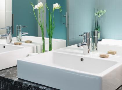 Umywalki zwyczajne i ekstrawaganckie. Zwracając uwagę na design, nie zapominaj o funkcjonalności