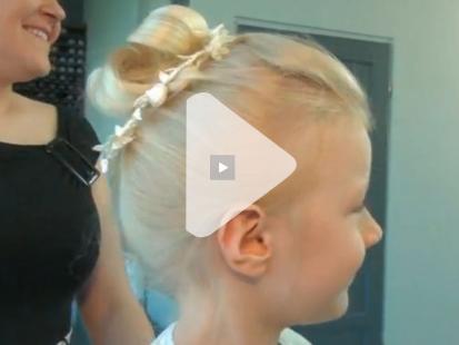 Upięcie z prostych włosów krok po kroku [video]