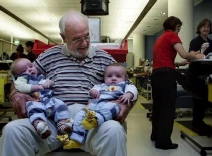Uratował już ponad 2 miliony niemowląt. Wszystko dzięki swojej… krwi