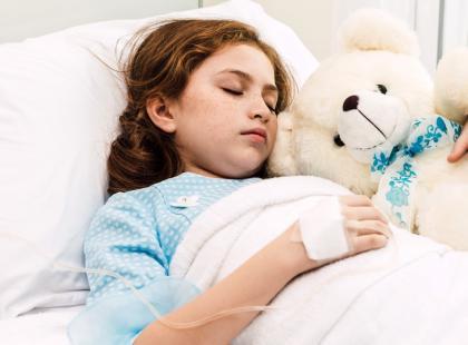 """""""Uratowaliśmy córkę w ostatniej chwili"""". Nie wolno lekceważyć bólu brzucha u dzieci!"""