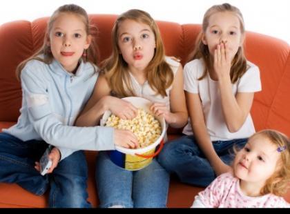 Uwaga: dziecko przed telewizorem!
