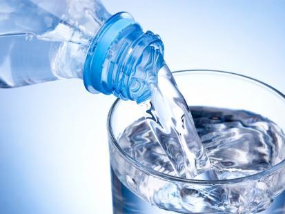 Uwaga na wodę mineralną! Znaleziono w niej groźne bakterie. Dwie partie są wycofywane ze sprzedaży