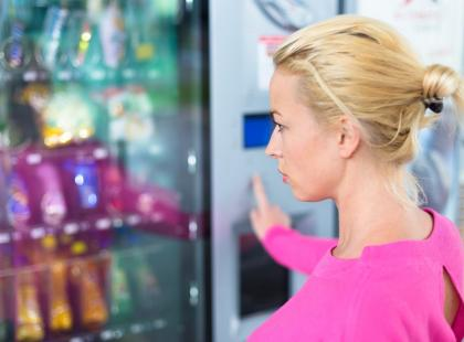 Używane majtki, żywe kraby i chleb w puszce… Najdziwniejsze rzeczy sprzedawane w automatach!