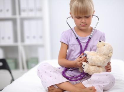 W co bawić się z przeziębionym dzieckiem?