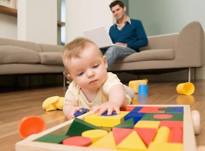 W co się bawić z niemowlakiem?