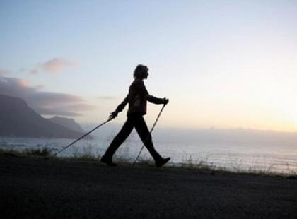 W górę pupy, ruszamy na spacer z kijkami!