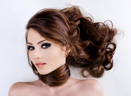 W jaki sposób zaburzenia hormonalne wpływają na włosy u kobiet?