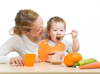 mama, dziecko, karmienie, posiłek, jedzenie, żywność, kobieta/ fot. Fotolia