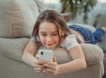 W jakim wieku dziecko powinno dostać własny telefon?