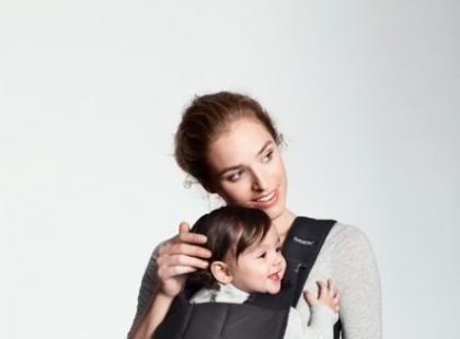 W nosidełku czy na rękach – w jaki sposób nosić noworodka?