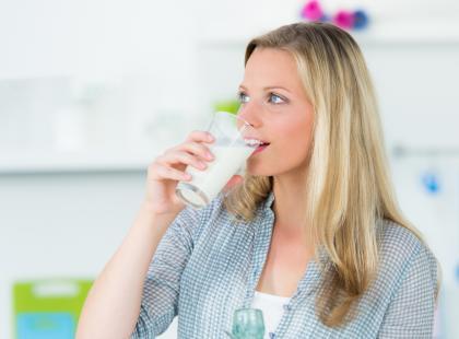 Wady i zalety picia mleka bez laktozy. Jest słodsze od klasycznego