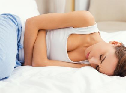 Wakacje bez bólu. Jak sobie radzić z bolesnym miesiączkowaniem?
