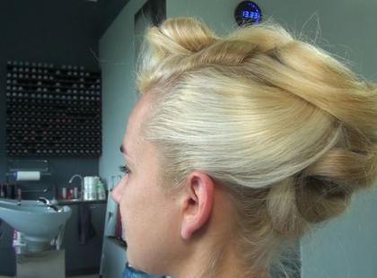 Wakacyjna fryzura na większe wyjście
