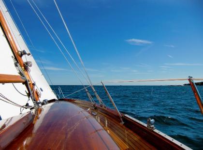 Ważne manewry na wodzie: kursy na wiatr i zwrot na wiatr