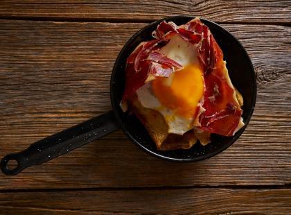 Wielkanocne jajka w szynce suszonej