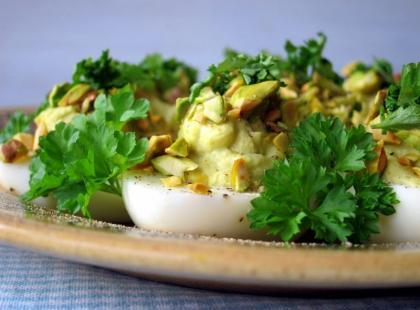 Wielkanocne jajka z awokado i pistacjami - Kasia gotuje z Polki.pl