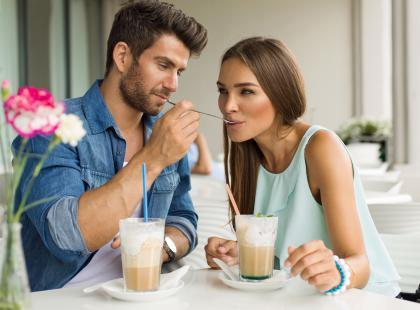 Wielki poradnik! 10 zachowań, które świadczą o tym, że wpadłaś mu w oko. A także 10 sposobów na to, jak z nim flirtować