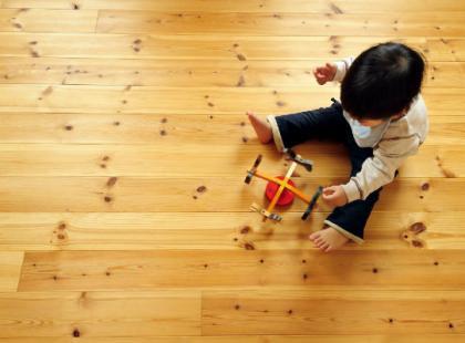 Wiesz jak dbać o drewnianą podłogę?
