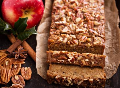 Wilgotny i niezwykle smaczny! Wykorzystaj jesienny zapas i przygotuj piernik z jabłkami na święta!