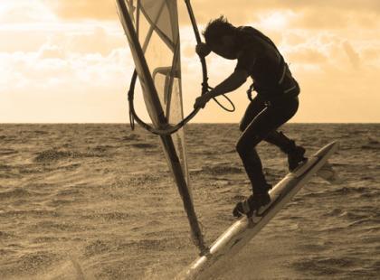 Windsurfing: co robić, gdy potrzebna jest pomoc?