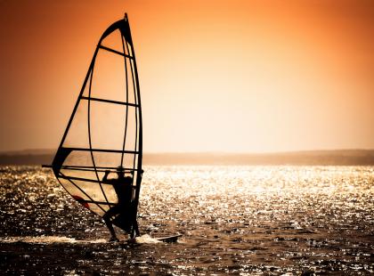 Windsurfing to najpopularniejszy sport wodny na świecie. O co w nim chodzi?