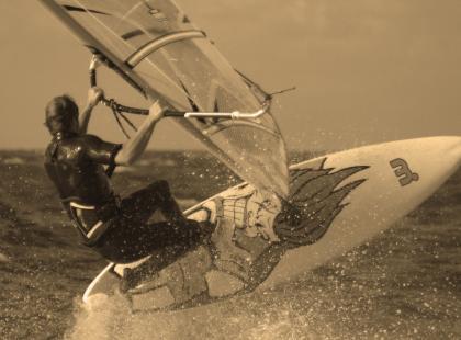 Windsurfingowe strzemiona: jak dobrze ustawić footstrapsy?